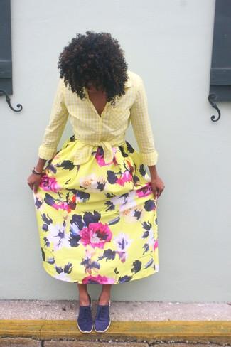 Cómo combinar: tenis azul marino, falda larga con print de flores amarilla, camisa de vestir de cuadro vichy amarilla