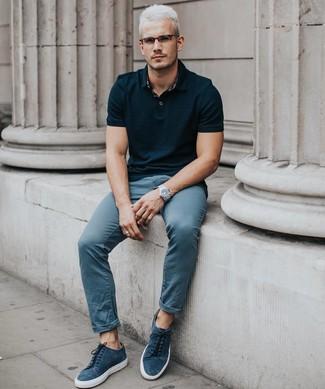 Cómo combinar: reloj plateado, tenis de ante azul marino, pantalón chino azul, camisa polo negra