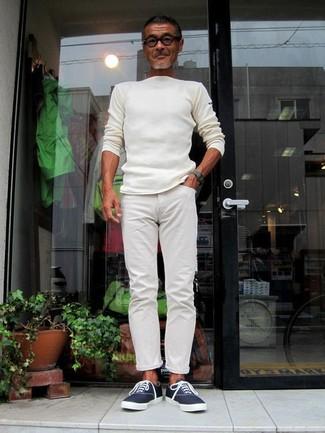 Cómo combinar: reloj verde oscuro, tenis de lona azul marino, pantalón chino blanco, jersey con cuello circular blanco