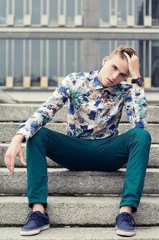 Cómo combinar: reloj negro, tenis de ante azul marino, pantalón chino en verde azulado, camisa de manga larga con print de flores en blanco y azul