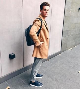Cómo combinar: mochila de cuero azul marino, tenis de cuero azul marino, pantalón chino de rayas verticales gris, abrigo largo marrón claro
