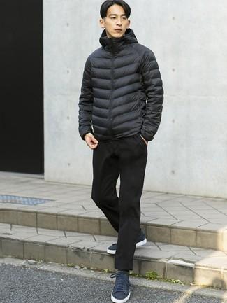 Cómo combinar: calcetines grises, tenis de ante azul marino, pantalón chino negro, plumífero negro