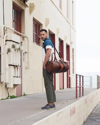 Cómo combinar: bolsa de viaje de cuero marrón, tenis azul marino, pantalón chino verde oscuro, camisa polo en blanco y azul marino