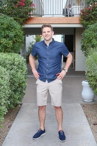 Combinar unos tenis de lona azul marino: Casa una camisa de manga corta de cambray azul con unos pantalones cortos blancos para un look diario sin parecer demasiado arreglada. Tenis de lona azul marino son una opción inmejorable para complementar tu atuendo.
