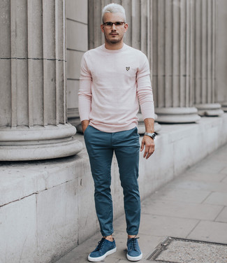 Cómo combinar: reloj plateado, tenis de ante azules, pantalón chino azul, jersey con cuello circular rosado