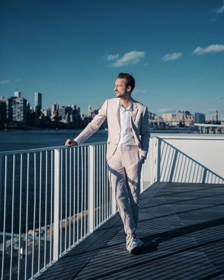 Cómo combinar: tenis blancos, camisa de manga larga de lino blanca, traje rosado