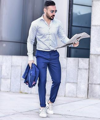 Cómo combinar: gafas de sol azules, tenis de cuero blancos, camisa de manga larga estampada en blanco y azul, traje azul