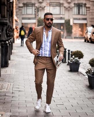 Cómo combinar: gafas de sol en marrón oscuro, tenis de cuero blancos, camisa de manga larga de rayas verticales en blanco y azul, traje marrón