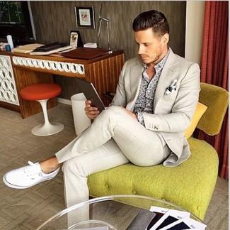 Cómo combinar: pañuelo de bolsillo estampado en blanco y negro, tenis blancos, camisa de manga larga estampada gris, traje en beige