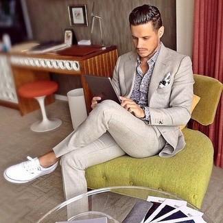 Cómo combinar: pañuelo de bolsillo estampado blanco, tenis de lona blancos, camisa de manga larga estampada gris, traje en beige