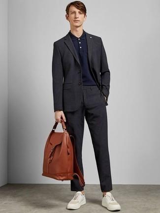 Combinar un traje en gris oscuro: Perfecciona el look casual elegante en un traje en gris oscuro y una camisa polo azul marino. Si no quieres vestir totalmente formal, complementa tu atuendo con tenis de cuero blancos.