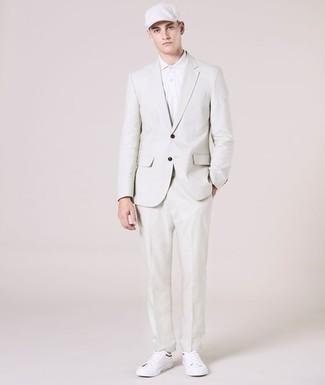 Outfits hombres: Si buscas un estilo adecuado y a la moda, usa un traje blanco y una camisa polo blanca. Si no quieres vestir totalmente formal, opta por un par de tenis de cuero blancos.