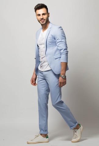 Cómo combinar: reloj plateado, tenis de cuero blancos, camiseta con cuello circular blanca, traje celeste