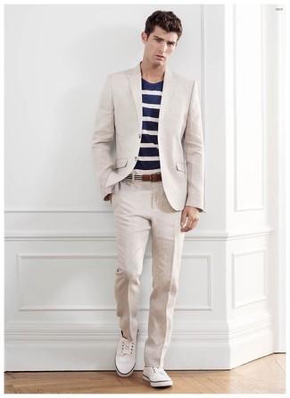Cómo combinar: correa de lona de rayas horizontales en blanco y negro, tenis blancos, camiseta con cuello circular de rayas horizontales en azul marino y blanco, traje en beige