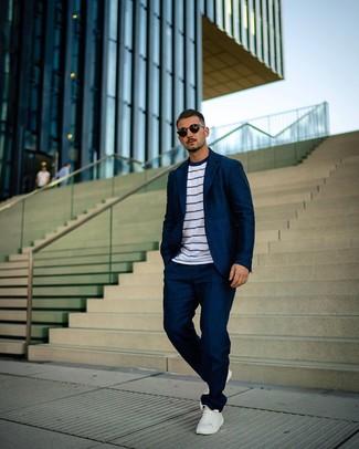 Cómo combinar: gafas de sol negras, tenis de cuero blancos, camiseta con cuello circular de rayas horizontales en blanco y azul marino, traje azul marino