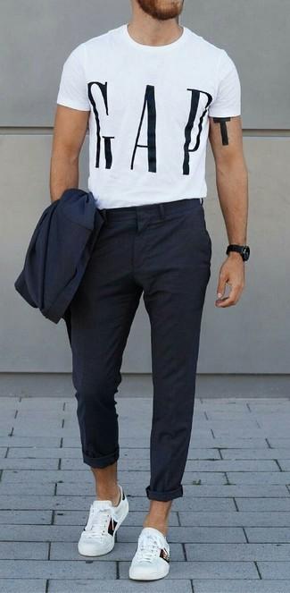Cómo combinar: reloj negro, tenis de cuero blancos, camiseta con cuello circular estampada en blanco y negro, traje azul marino