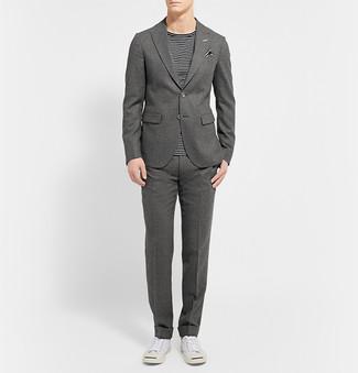 Cómo combinar: pañuelo de bolsillo de rayas horizontales en negro y blanco, tenis blancos, camiseta con cuello circular de rayas horizontales en negro y blanco, traje de lana gris