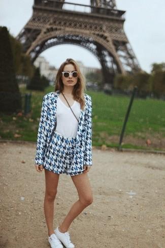 Cómo combinar: gafas de sol blancas, tenis blancos, camiseta con cuello en v blanca, blazer de pata de gallo en blanco y azul