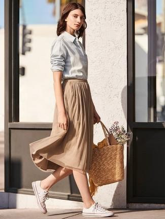 Cómo combinar: bolsa tote de paja marrón claro, tenis de lona blancos, falda midi plisada marrón claro, camisa de vestir gris
