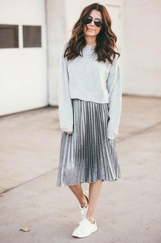 Cómo combinar: tenis blancos, falda midi plisada plateada, sudadera gris
