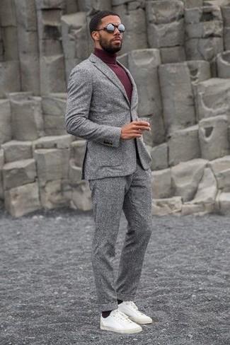 Cómo combinar: gafas de sol negras, tenis de cuero blancos, jersey de cuello alto burdeos, traje de lana gris