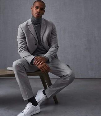 Cómo combinar: calcetines negros, tenis de cuero blancos, jersey de cuello alto gris, traje de lana gris