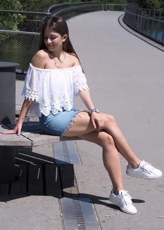 Cómo combinar: reloj plateado, tenis de cuero сon flecos blancos, minifalda vaquera celeste, top con hombros descubiertos de encaje blanco