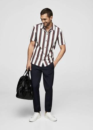 Cómo combinar: bolsa de viaje de cuero negra, tenis de cuero blancos, pantalón chino azul marino, camisa de manga corta de rayas verticales en blanco y rojo