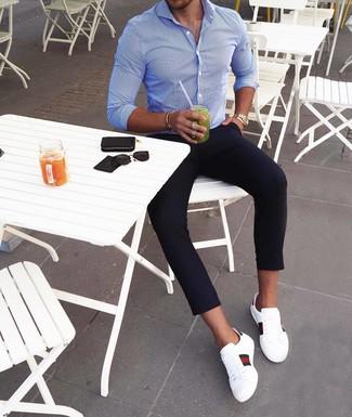 Cómo combinar: reloj dorado, tenis de cuero estampados blancos, pantalón chino azul marino, camisa de manga larga de rayas verticales azul