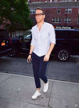Cómo combinar: reloj de cuero negro, tenis de cuero blancos, pantalón chino azul marino, camisa de manga larga celeste