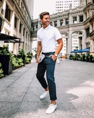 Cómo combinar: reloj de cuero marrón claro, tenis de lona blancos, pantalón chino azul marino, camisa polo blanca