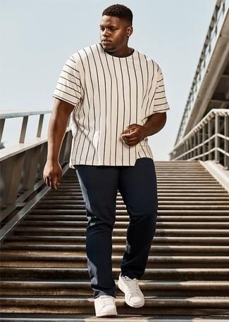 Combinar un pantalón chino azul marino: Ponte una camiseta con cuello circular de rayas verticales en blanco y negro y un pantalón chino azul marino para una apariencia fácil de vestir para todos los días. Completa el look con tenis de cuero blancos.