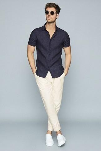 Combinar una camisa en clima caliente: Considera ponerse una camisa y un pantalón chino blanco para lidiar sin esfuerzo con lo que sea que te traiga el día. Opta por un par de tenis de lona blancos para mostrar tu inteligencia sartorial.