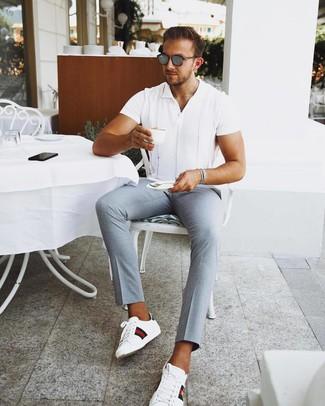 Cómo combinar: gafas de sol grises, tenis de cuero estampados blancos, pantalón chino celeste, camisa de manga corta blanca