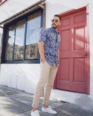 Cómo combinar: tenis blancos, pantalón chino en beige, camisa de manga corta de paisley azul