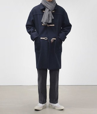 Combinar unos tenis de lona blancos: Intenta ponerse una trenca azul marino y un pantalón chino en gris oscuro para lograr un look de vestir pero no muy formal. Para darle un toque relax a tu outfit utiliza tenis de lona blancos.