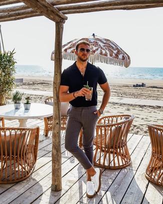 Cómo combinar: gafas de sol en marrón oscuro, tenis de cuero blancos, pantalón chino de rayas verticales gris, camisa de manga corta negra