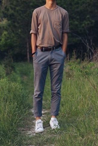 Combinar una correa de cuero en marrón oscuro: Considera ponerse una camiseta de manga larga marrón y una correa de cuero en marrón oscuro para un look agradable de fin de semana. ¿Te sientes valiente? Haz tenis blancos tu calzado.