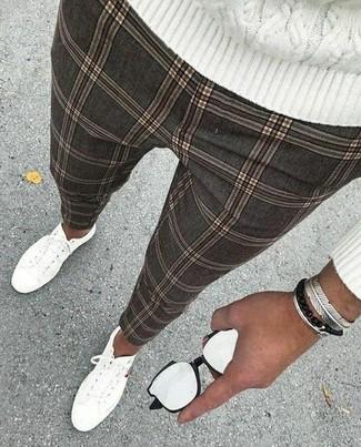 Cómo combinar: pulsera plateada, tenis de lona blancos, pantalón chino a cuadros gris, jersey de ochos blanco