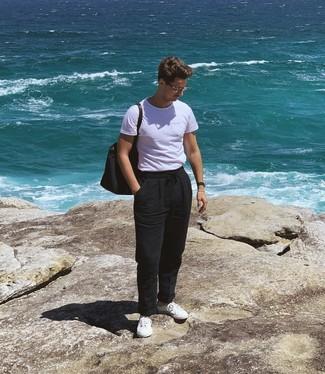 Cómo combinar: bolsa tote de lona azul marino, tenis blancos, pantalón chino de lino negro, camiseta con cuello circular blanca