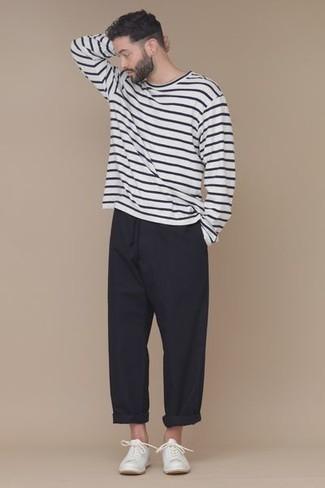 Combinar unos tenis blancos: Empareja una camiseta de manga larga de rayas horizontales en blanco y negro junto a un pantalón chino negro para conseguir una apariencia relajada pero elegante. Tenis blancos son una opción perfecta para complementar tu atuendo.