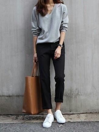 Combinar una bolsa tote de cuero marrón: Un jersey de pico gris y una bolsa tote de cuero marrón son una opción inigualable para el fin de semana. Elige un par de tenis blancos para mostrar tu lado fashionista.