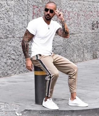 Cómo combinar: gafas de sol negras, tenis de cuero blancos, pantalón de chándal marrón claro, camiseta con cuello circular blanca