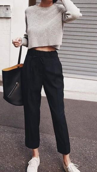 Cómo combinar: bolsa tote de cuero negra, tenis de lona blancos, pantalón de pinzas negro, jersey corto gris