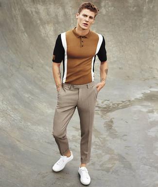 Cómo combinar: tenis blancos, pantalón de vestir a cuadros marrón, camisa polo marrón
