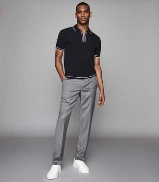 Combinar un pantalón de vestir gris: Si buscas un estilo adecuado y a la moda, opta por una camisa polo negra y un pantalón de vestir gris. Si no quieres vestir totalmente formal, opta por un par de tenis de cuero blancos.