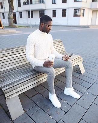 Cómo combinar: calcetines blancos, tenis de cuero blancos, pantalón de vestir a cuadros gris, jersey de cuello alto de punto blanco