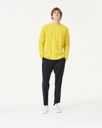 Combinar un jersey de ochos amarillo: Haz de un jersey de ochos amarillo y un pantalón de vestir negro tu atuendo para un perfil clásico y refinado. Si no quieres vestir totalmente formal, opta por un par de tenis de cuero blancos.