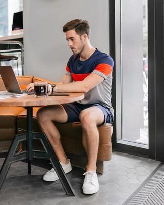Look de moda: Tenis blancos, Pantalones cortos azul marino, Camiseta con cuello circular de rayas horizontales en multicolor