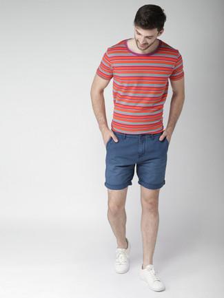 Cómo combinar: tenis blancos, pantalones cortos azul marino, camiseta con cuello circular de rayas horizontales roja